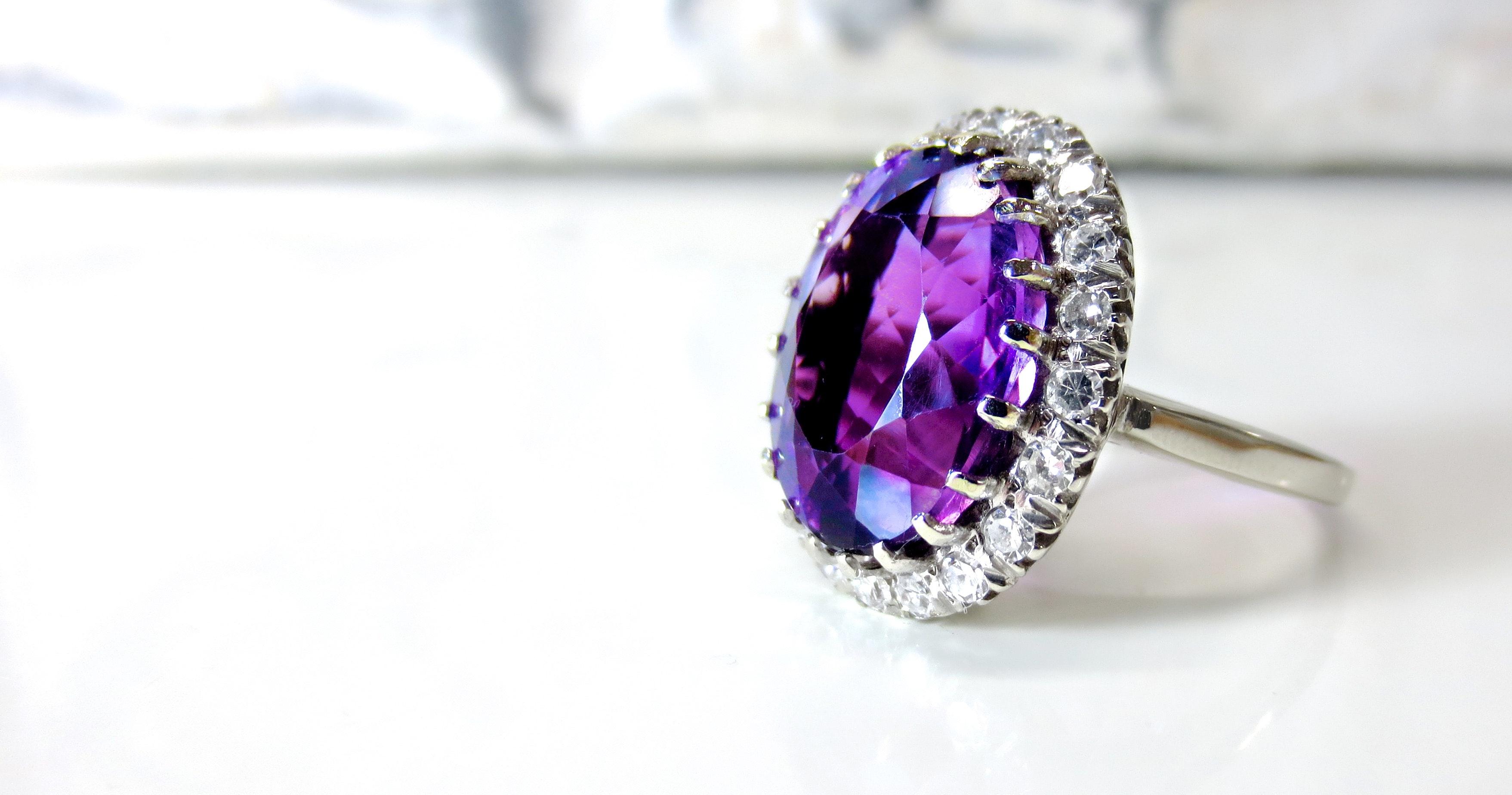 Smykkesteiner fremhever eierens egen skjønnhet